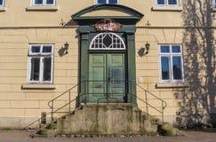 Ingang aan een oud huis in het historische centrum van Verden stock foto