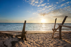 Ingang aan geïsoleerda strand bij zonsopgang Royalty-vrije Stock Foto's