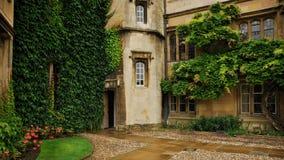 Ingang aan het campusgebouw bij de universiteit van Cambridge royalty-vrije stock afbeelding