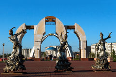 Ingang aan het centrale park van de stad van Aktobe bij zonsondergang Royalty-vrije Stock Afbeelding