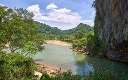 Ingang aan het Hol van Phong Nha met duidelijk een rivier in het hol en bergen op de achtergrond De klapgebied van Phongnha KE royalty-vrije stock afbeeldingen