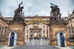 Ingang aan het kasteel van Praag Stock Fotografie