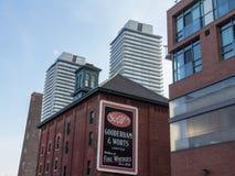 Ingang aan het Oude die Distilleerderijdistrict van Toronto door flatgebouwen met koopflats wordt omringd stock foto