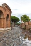 Ingang aan het oude theater in Ostia Antica, Italië stock foto's