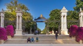 Ingang aan het Park van Buen Retiro - één van grootste parken in Madrid timelapse stock videobeelden