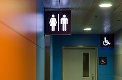 Ingang aan het toilet Stock Foto's