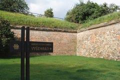 Ingang aan het Vysehrad-kasteel in Praag Mening over de borstweringen royalty-vrije stock foto's
