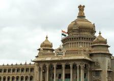 Ingang aan Karnataka-Parlementsgebouw in Bengaluru. royalty-vrije stock afbeelding