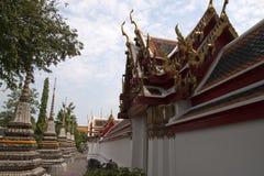 Ingang aan kloosters dichtbij verfraaide Phra Chedi Rai stock foto