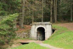 Ingang aan labyrint in heuvel Pernik stock fotografie