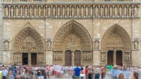 Ingang aan Notre-Dame de Paris timelapse, een middeleeuwse Katholieke kathedraal op het Cite Eiland in Parijs, Frankrijk stock video