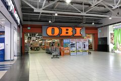 Ingang aan OBI-de bouwhypermarket binnen het winkelcentrum stock fotografie