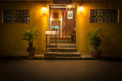 Ingang aan oude koffie bij nacht in Vietnam, Azië Stock Afbeelding