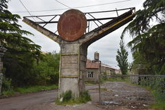 Ingang aan Verlaten fabriek in Kutaisi, Georgië Stock Foto's