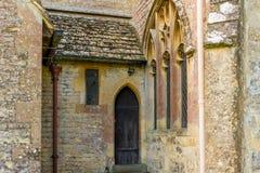 Ingang in een oude Engelse kerk Stock Afbeeldingen