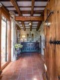 Ingang in een reusachtige Spaanse villa royalty-vrije stock afbeelding