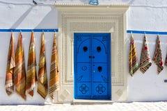 Ingang met kleurrijke deur en tapijten in Kairouan, Tunesië royalty-vrije stock fotografie