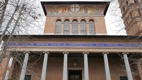 Ingang in Parrocchia Santa Croce Mooie oude vensters in Rome (Italië) stock footage