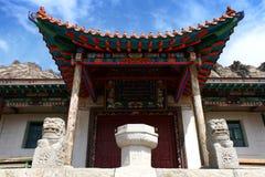 Ingang van Aryapala-Meditatiecentrum met een raad die Aryapala-Meditatiecentrum, gorkhi-Terelj Nationaal Park, Mongolië zeggen stock foto