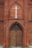 Ingang van baksteenkerk stock afbeeldingen