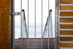 Ingang van de jachthaven aan pijler sloot in de winter. Stock Foto