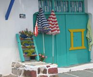 Ingang van een gekleurde garage voor boten in een dok van vissers aan Milos in Griekenland Royalty-vrije Stock Foto