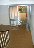 Ingang van een Huis tijdens de overstroming van riv volledig wordt overstroomd die Royalty-vrije Stock Foto's