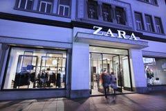 Ingang van een Zara-afzet bij nacht, Dalina, China Stock Foto