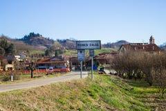 Ingang van het dorp van Piobesi D 'Alba in de provincie van Cuneo in Italië royalty-vrije stock foto's