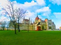 Ingang van het parlement van Boedapest bij zonnige dag, Hongarije Stock Foto