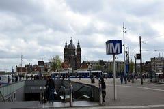 Ingang van Metro van Amsterdam, tegenovergesteld van de Centrale Post stock foto's
