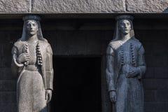 Ingang van Njegusi-Mausoleum in het Nationale die Park van Lovcen door steenstandbeelden wordt ontworpen, Albanië royalty-vrije stock foto