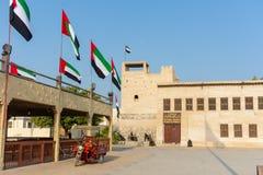 Ingang van Ras al Khaimah Museum in de ochtendzon met vlaggen het blazen stock afbeelding