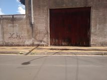 Ingang van rustieke loods met gesloten deur royalty-vrije stock afbeelding
