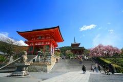 Ingang van Tempel Kyomizu tegen blauwe hemel Royalty-vrije Stock Foto's