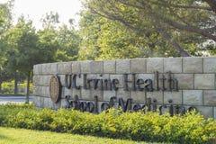 Ingang van UC Irvine Health School van Geneeskunde royalty-vrije stock foto
