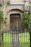 Ingangs houten deur en metaalpoort van een traditionele Engelse mens Royalty-vrije Stock Afbeeldingen