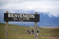 Ingangs houten teken aan de het Nationale Park en wandelaars van Canaima Stock Fotografie