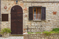 Ingangs oud huis met houten deur Stock Fotografie