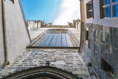 - Ingangsbinnenplaats aan de Katholieke kerk van Tyn in Oud Vierkant Stock Fotografie