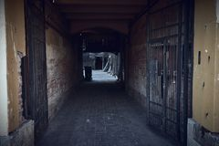 Ingangsboog aan de oude binnenplaatsen van woningbouw stock foto