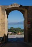 Ingangsboog in Castiglione del Lago royalty-vrije stock afbeeldingen