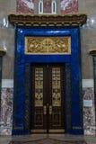 Ingangsdeur aan de Zeekathedraal van Sinterklaas in Kronstadt stock afbeeldingen