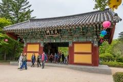 Ingangspoort cheon-Wangmun van Koreaanse buddhistic Bulguksa-Tempel met vele lantaarns om buddhasverjaardag op een duidelijke dag royalty-vrije stock afbeeldingen