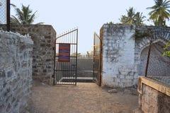 Ingangspoort voor Naktya Rawalachi Vihir, een oude goed ingebouwde 15de eeuw, Maharashtra, India Stock Foto's