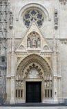 Ingangsportaal van de kathedraal van Zagreb stock afbeelding