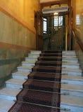 Ingangsstappen aan oud hotel die antieke lift Stockholm Sw bouwen Stock Afbeeldingen