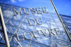 Ingangsteken bij het Louvremuseum Stock Foto