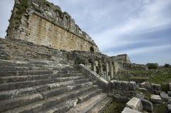 Ingangstreden van het oude theater van Miletus stock fotografie