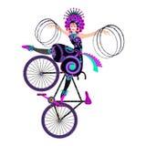 Inganni con i hula-hoop dalla ragazza del circo su una bicicletta artistica Fotografie Stock